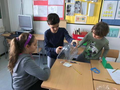 Els alumnes de cinquè dissenyen i construeixen a mà totes les peces del joc